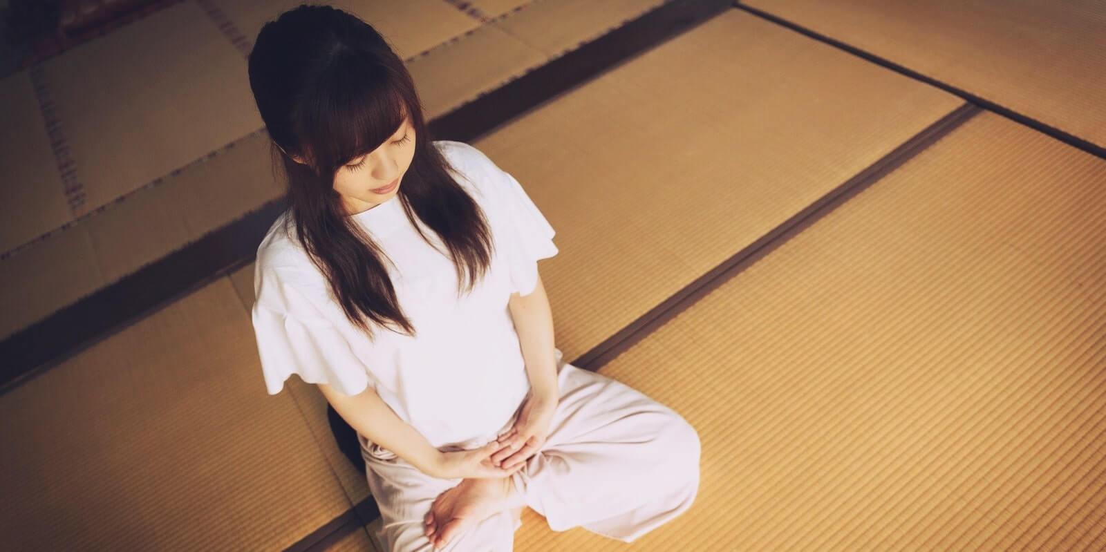 瞑想をしている女性
