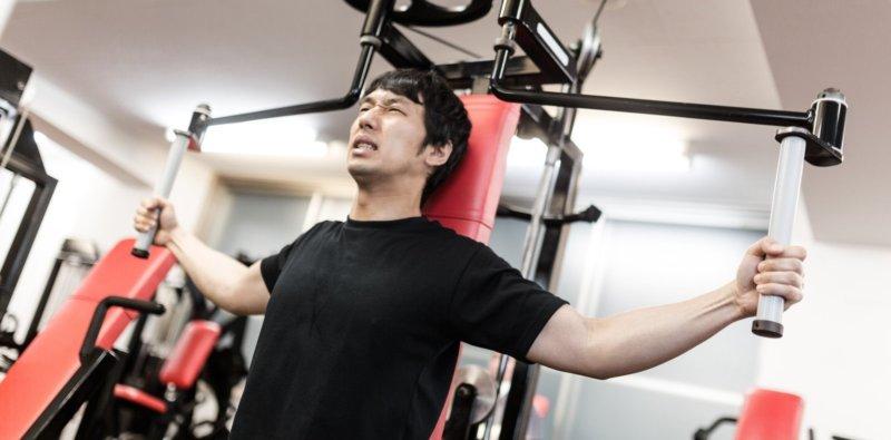 ジムでトレーニングする男性